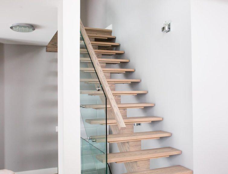 Escalier en bois franc de couleur pâle