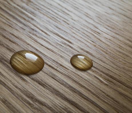 6 astuces pour limiter le travail de votre plancher: goûtes d'eaux perlants sur plancher de bois franc