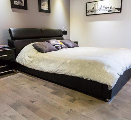 Plancher de bois franc dans une chambre