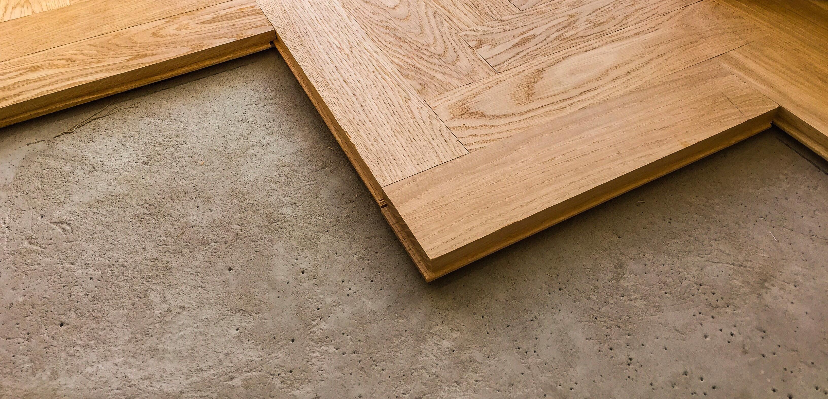 wood-parquet-flooring-being-laid-on-a-kitchen-floor_t20_ox8kkp